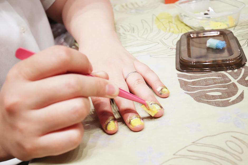小さく切ったスポンジで、ベースにしたい色の絵具を軽くポンポンと塗っていきます。(マスキングテープより上部へ)