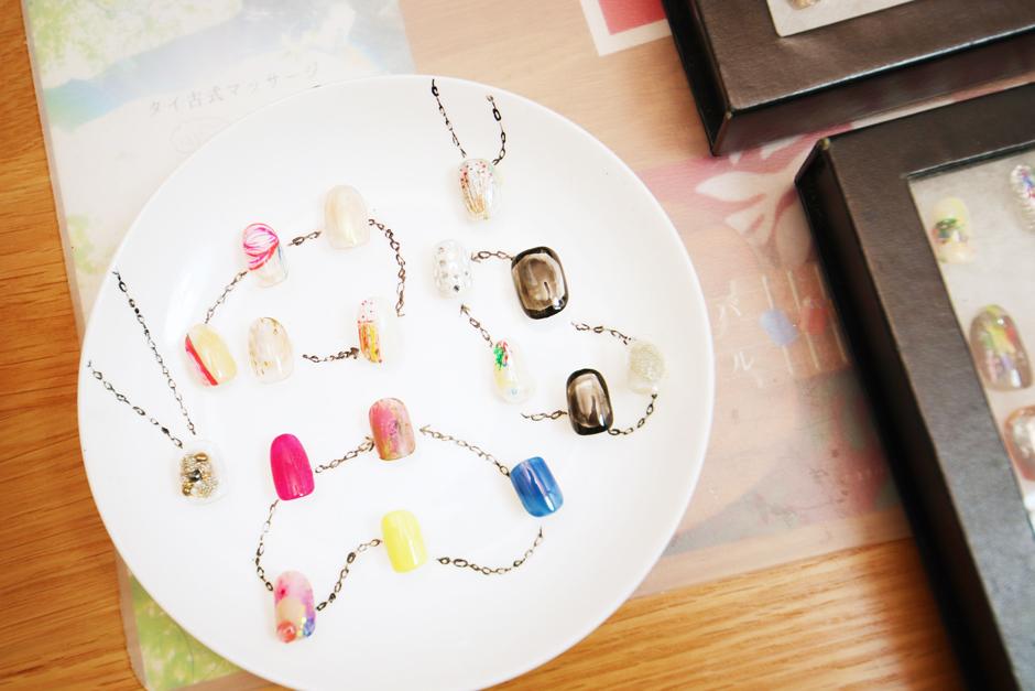 (銀座の百貨店イベント出店の際飾られていたデザイン見本。石野さんお手製のネイルチップスタンドです!アクセサリーを連想させるセンス抜群なデザインですね☆)