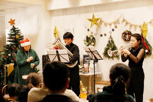 豊田親子の心温まる演奏。 家族の温かさが感じられました。司会も兼ねて参加されていたオーナーの豊田さん、大変お疲れ様でした。