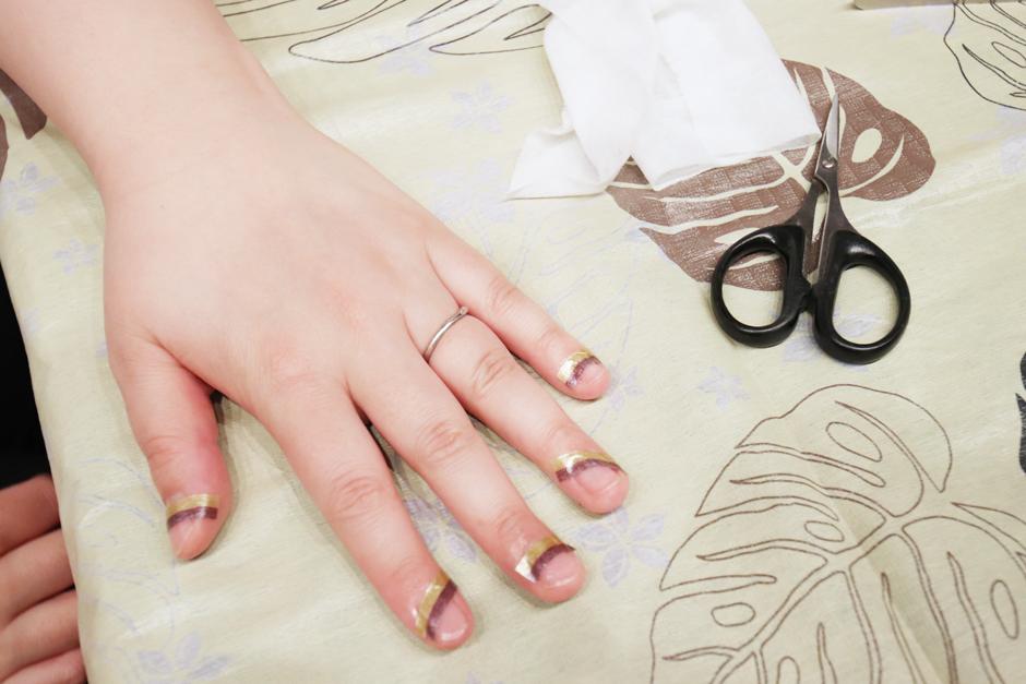 ベースコートが乾いたら、用意しておいたマスキングテープを好きな角度で指に貼っていきます。